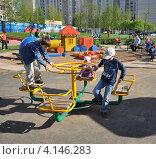 Купить «Дети играют на детской площадке», эксклюзивное фото № 4146283, снято 10 мая 2011 г. (c) Володина Ольга / Фотобанк Лори