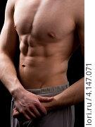 Купить «Мускулистый мужчина с обнаженным торсом», фото № 4147071, снято 23 декабря 2012 г. (c) Сергей Лаврентьев / Фотобанк Лори