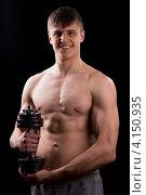 Купить «Мускулистый парень с гантелью», фото № 4150935, снято 23 декабря 2012 г. (c) Сергей Лаврентьев / Фотобанк Лори