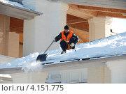 Купить «Дворник чистит снег на храме, Коломенское, Москва», эксклюзивное фото № 4151775, снято 1 марта 2011 г. (c) lana1501 / Фотобанк Лори