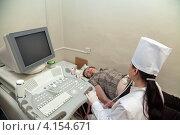 Купить «Женщина-врач делает УЗИ пациентке», фото № 4154671, снято 5 декабря 2011 г. (c) Яков Филимонов / Фотобанк Лори