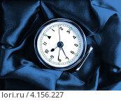 Купить «Часы-будильник в подарочной упаковке», фото № 4156227, снято 4 января 2011 г. (c) Евгений Ткачёв / Фотобанк Лори