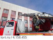 Купить «Пожарный автомобиль с выдвинутой лестницей в окно многоэтожного здания», фото № 4158455, снято 13 декабря 2012 г. (c) А. А. Пирагис / Фотобанк Лори
