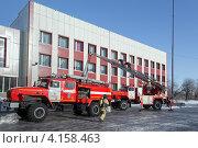 Купить «Пожарные автомобили возле здания», фото № 4158463, снято 13 декабря 2012 г. (c) А. А. Пирагис / Фотобанк Лори