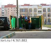 Купить «Дворники убирают мусор. Новокосино. Москва», эксклюзивное фото № 4161883, снято 17 апреля 2012 г. (c) lana1501 / Фотобанк Лори