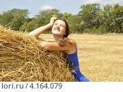 Купить «Молодая девушка возле стога сена», фото № 4164079, снято 8 августа 2011 г. (c) Оксана Синникова / Фотобанк Лори