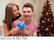 Купить «Счастливая пара. Девушка дарит парню коробку с подарком на новый год», эксклюзивное фото № 4167763, снято 5 января 2013 г. (c) Игорь Низов / Фотобанк Лори