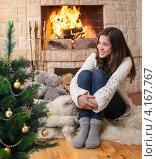 Купить «Счастливая девушка сидит на полу перед горящим камином у новогодней ёлки», фото № 4167767, снято 28 июня 2011 г. (c) Андрей Кузьмин / Фотобанк Лори