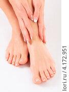 Купить «Ухоженные женские руки и ноги крупным планом», фото № 4172951, снято 25 декабря 2012 г. (c) Nobilior / Фотобанк Лори