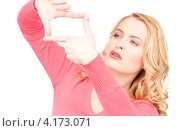 Купить «Молодая женщина показывает рамку из пальцев на белом фоне», фото № 4173071, снято 28 марта 2010 г. (c) Syda Productions / Фотобанк Лори