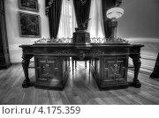 Рабочий стол в доме губернаторов, Ярославль (2013 год). Редакционное фото, фотограф Александр Дубровский / Фотобанк Лори
