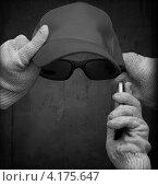 Человек-невидимка в  хлопчатобумажных перчатках, очках, бейсболке и с мобильным телефоном. Стоковое фото, фотограф EugeneSergeev / Фотобанк Лори