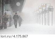Купить «Люди на автобусной остановке в Хельсинки в сильную метель», фото № 4175867, снято 30 ноября 2012 г. (c) EugeneSergeev / Фотобанк Лори