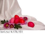 Пасхальные яйца на ткани на белом фоне. Стоковое фото, фотограф Диана Гарифуллина / Фотобанк Лори