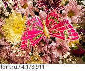 Купить «Искусственная бабочка на живых цветах», эксклюзивное фото № 4178911, снято 1 сентября 2012 г. (c) Евгений Ткачёв / Фотобанк Лори