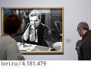 """Купить «Вид на фотографию из фильма """"Огни рампы"""" 1952 на выставке """"Чарли Чаплин"""" в Мультимедиа Арт Музее города Москвы», эксклюзивное фото № 4181479, снято 8 января 2013 г. (c) Николай Винокуров / Фотобанк Лори"""