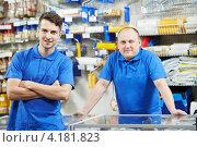 Купить «Два продавца в строительном магазине», фото № 4181823, снято 3 ноября 2012 г. (c) Дмитрий Калиновский / Фотобанк Лори