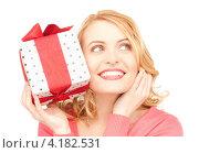 Купить «Счастливая блондинка с подарком в коробке на белом фоне», фото № 4182531, снято 28 марта 2010 г. (c) Syda Productions / Фотобанк Лори
