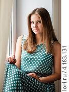 Купить «Красивая девушка сидит на подоконнике», эксклюзивное фото № 4183131, снято 5 января 2013 г. (c) Игорь Низов / Фотобанк Лори