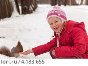 Купить «Маленькая девочка кормит белку с ладони в зимнем парке», фото № 4183655, снято 28 декабря 2012 г. (c) Max Toporsky / Фотобанк Лори