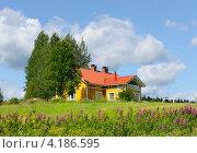 Купить «Желтый дом с красной крышей на холме», фото № 4186595, снято 24 июля 2012 г. (c) Валерия Попова / Фотобанк Лори