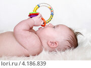 Купить «Малыш с игрушкой (3,5 месяца)», фото № 4186839, снято 12 января 2013 г. (c) ivolodina / Фотобанк Лори