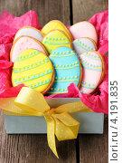 Купить «Коробка с домашним имбирным печеньем в виде деревянных яиц», фото № 4191835, снято 28 декабря 2012 г. (c) Николай Охитин / Фотобанк Лори