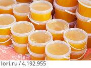 Купить «Мёд в пластиковых ведерках на прилавке», фото № 4192955, снято 15 сентября 2012 г. (c) Яков Филимонов / Фотобанк Лори