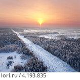 Купить «Вид сверху на линию электропередач в лесу зимой», фото № 4193835, снято 8 января 2013 г. (c) Владимир Мельников / Фотобанк Лори