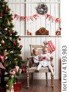 Мальчик и девочка рядом с новогодней елкой. Стоковое фото, фотограф Котова Мария / Фотобанк Лори