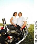 Счастливая пара на мотоцикле. Стоковое фото, фотограф Дарья Петренко / Фотобанк Лори