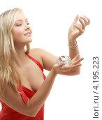 Купить «Привлекательная молодая женщина с алмазом», фото № 4195223, снято 22 сентября 2007 г. (c) Syda Productions / Фотобанк Лори