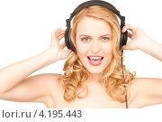 Купить «Счастливая молодая женщина слушает музыку в наушниках», фото № 4195443, снято 28 марта 2010 г. (c) Syda Productions / Фотобанк Лори