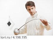 Купить «Фехтовальщик с рапирой на белом фоне», фото № 4198195, снято 15 января 2013 г. (c) Дмитрий Калиновский / Фотобанк Лори