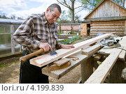 Купить «Столярные работы топором», фото № 4199839, снято 30 апреля 2012 г. (c) Ольга Денисова / Фотобанк Лори