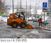 Купить «Трактор убирает снег на дороге, улица Камчатская, район Гольяново, Москва», эксклюзивное фото № 4199955, снято 5 января 2013 г. (c) lana1501 / Фотобанк Лори