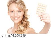Купить «Привлекательная блондинка с таблетками в блистере в руке», фото № 4200699, снято 3 апреля 2010 г. (c) Syda Productions / Фотобанк Лори