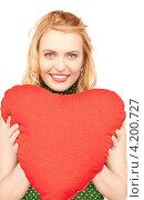 Купить «Симпатичная блондинка прижимает к себе подушку в форме сердца», фото № 4200727, снято 28 марта 2010 г. (c) Syda Productions / Фотобанк Лори