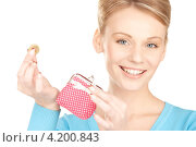 Купить «Привлекательная женщина кладет деньги в маленький кошелек», фото № 4200843, снято 12 декабря 2009 г. (c) Syda Productions / Фотобанк Лори
