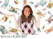 Удивленная девушка на фоне падающих рублевых банкнот. Стоковое фото, фотограф Самохвалов Артем / Фотобанк Лори