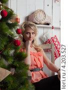 Светловолосая девушка с новогодней елкой. Стоковое фото, фотограф Котова Мария / Фотобанк Лори