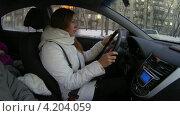 Девушка едет в автомобиле. Таймлапс. Стоковое видео, видеограф Кекяляйнен Андрей / Фотобанк Лори