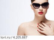Купить «Девушка в солнцезащитных очках. Ретростиль», фото № 4205887, снято 1 ноября 2012 г. (c) Raev Denis / Фотобанк Лори