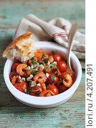 Купить «Запеченные помидоры черри с креветками, сыром фета, петрушкой и перцем в блюде для запекания», фото № 4207491, снято 16 августа 2012 г. (c) Анна Курзаева / Фотобанк Лори