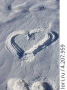 Нарисованное сердце на снегу. Стоковое фото, фотограф Диана Линевская / Фотобанк Лори