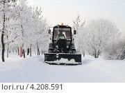 Купить «Трактор чистит дорожки в парке», эксклюзивное фото № 4208591, снято 20 января 2013 г. (c) Юрий Морозов / Фотобанк Лори
