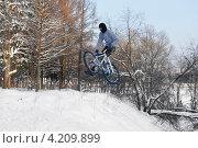 Купить «Полеты на велосипеде. Зимние забавы», эксклюзивное фото № 4209899, снято 19 января 2013 г. (c) Валерия Попова / Фотобанк Лори
