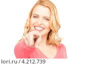 Купить «Молодая женщина показывает на что-то указательным пальцем на белом фоне», фото № 4212739, снято 28 марта 2010 г. (c) Syda Productions / Фотобанк Лори