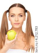 Купить «Молодая привлекательная брюнетка с зеленым яблоком в руке», фото № 4212783, снято 6 июня 2010 г. (c) Syda Productions / Фотобанк Лори
