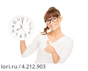 Купить «Молодя женщина в очках с большими настенными часами в руках», фото № 4212903, снято 27 июня 2010 г. (c) Syda Productions / Фотобанк Лори